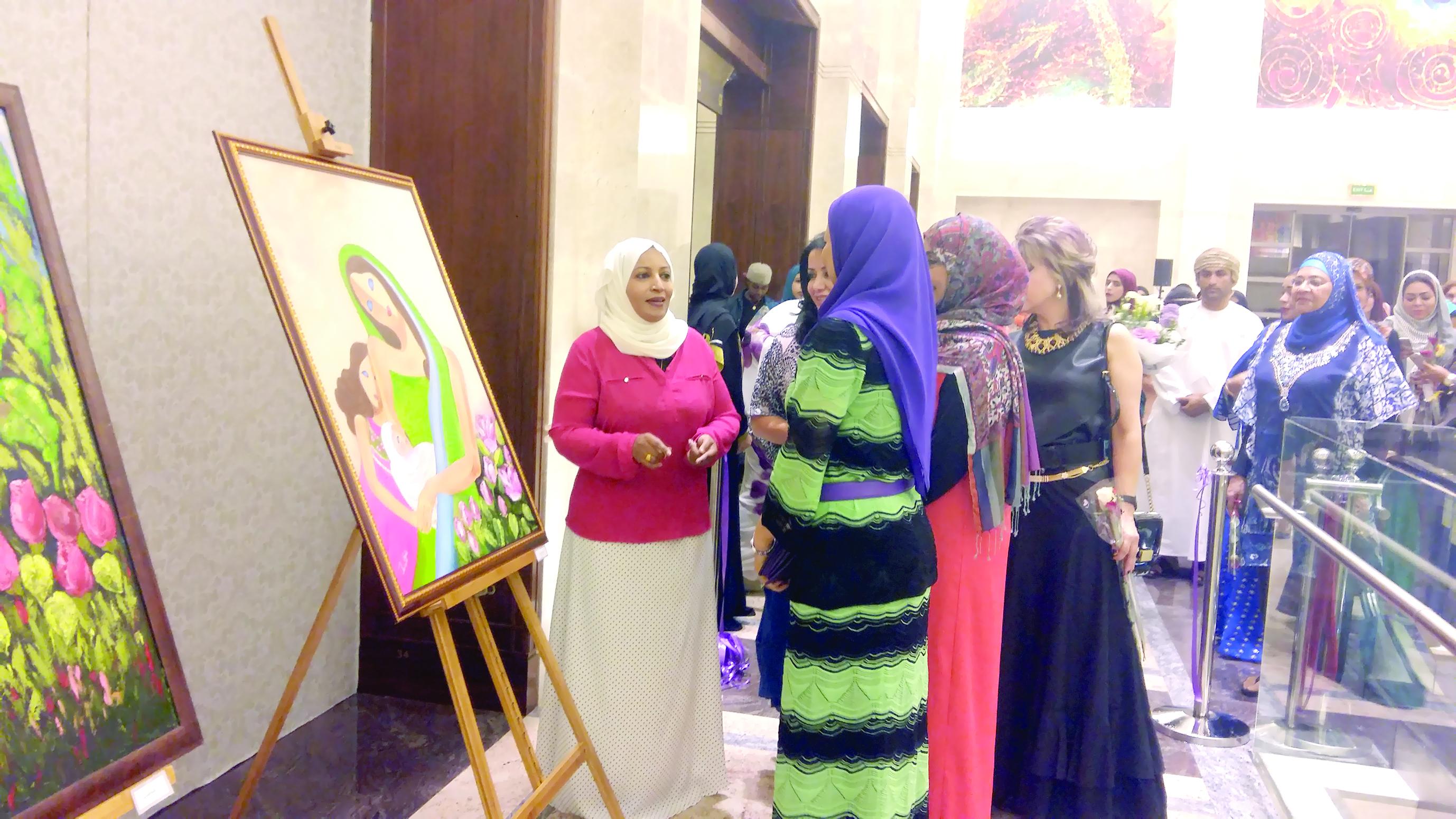 15 فنانة عمانية يحتفين بيوم الأم