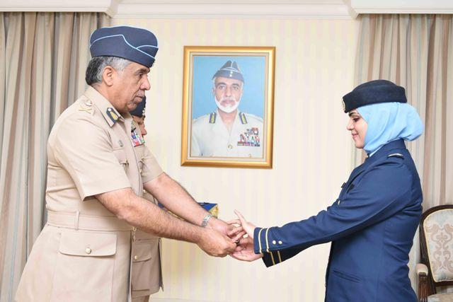قائد سلاح الجو السلطاني العماني يسلم شهادات الإجادة ويقلد ميدالية الخدمة الطويلة