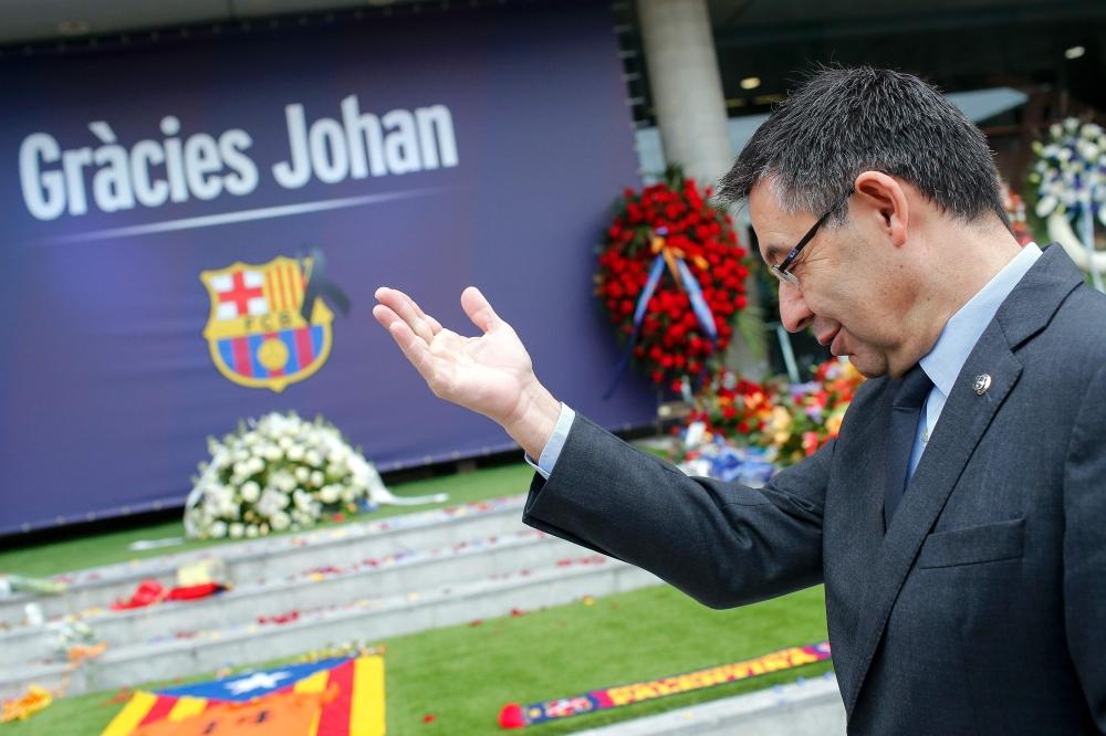 رؤساء برشلونة السابقون يحضرون كلاسيكو الدوري الأسباني لتكريم كرويف