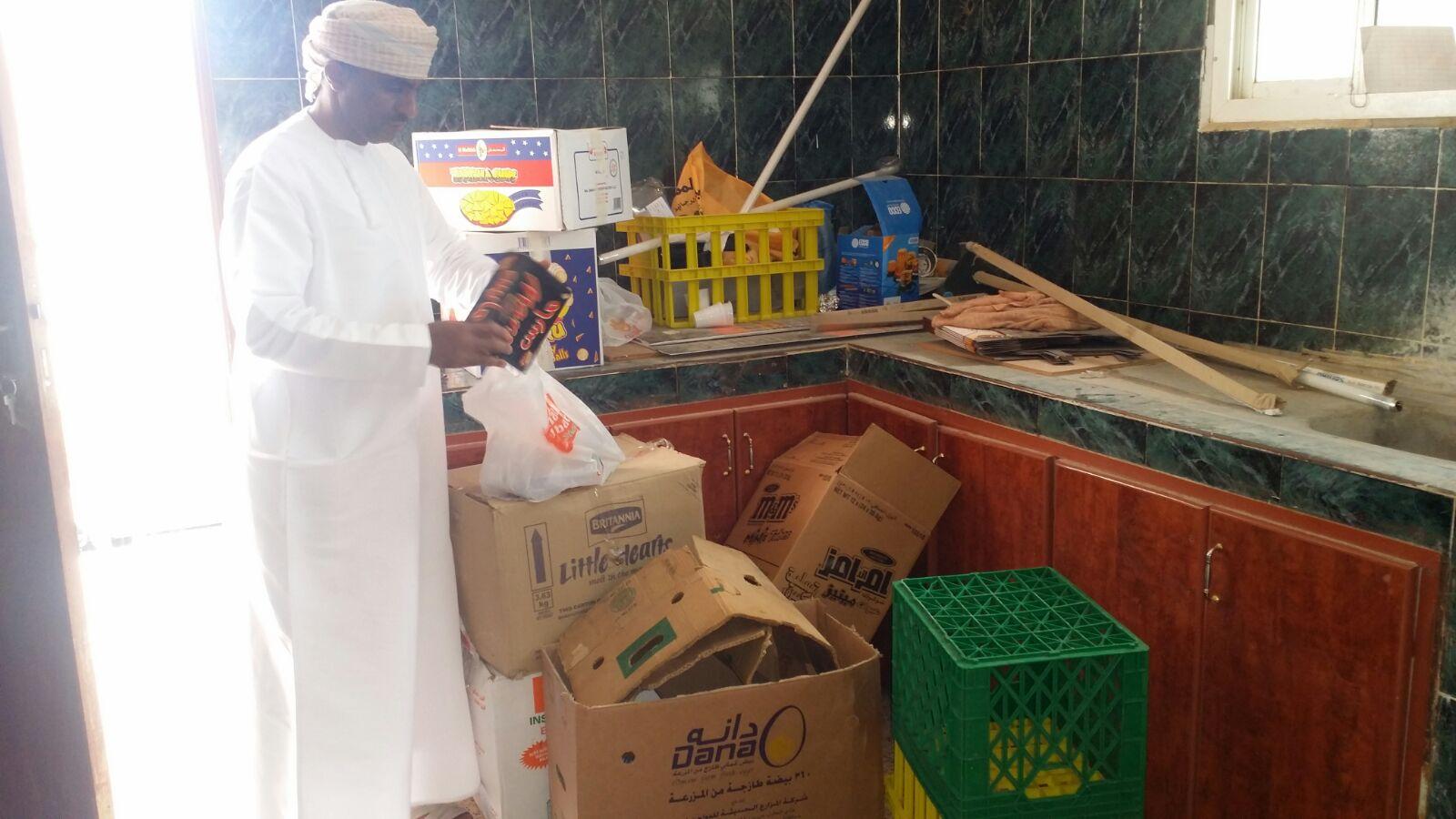 بلدية عبري تغلق مخزنا للمواد الغذائية