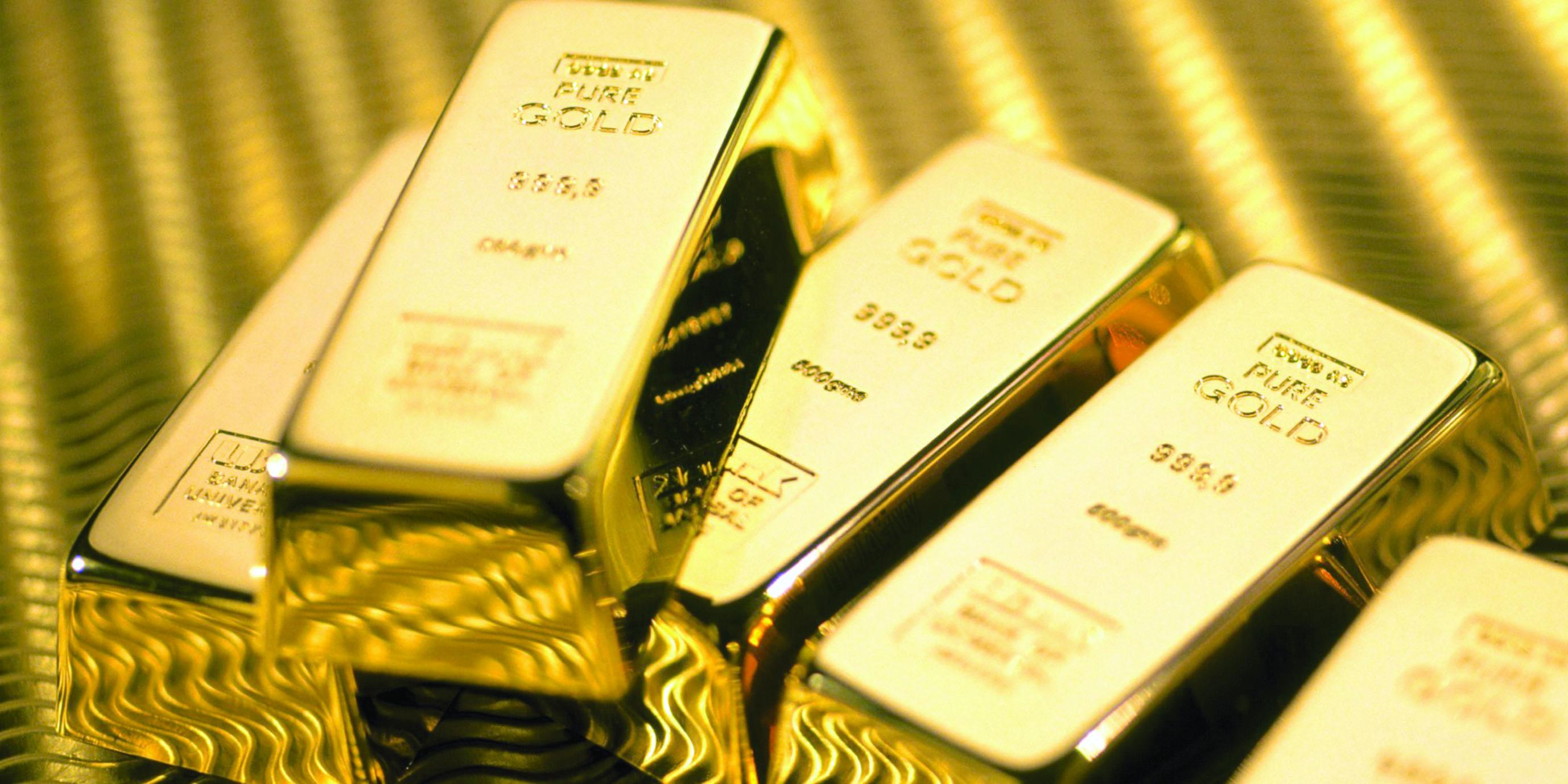 الذهب يمارس هوايته في الصعود