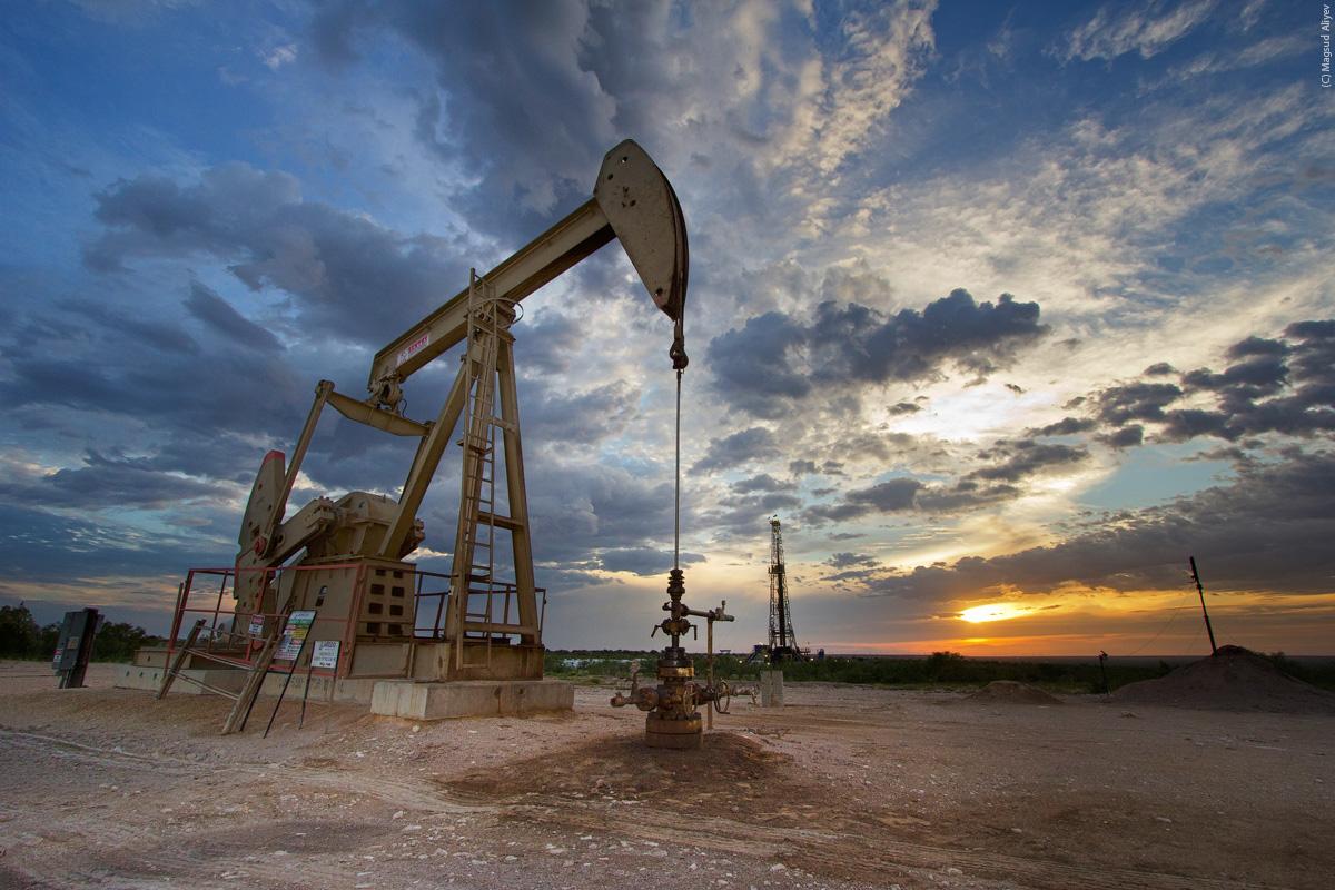 النفط يغلق مرتفعا في ثالث أسبوع من المكاسب مع تحسن معنويات السوق