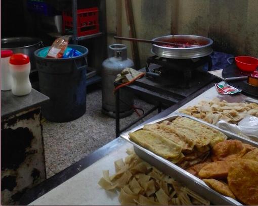 بلدية مسقط تضبط عمالة وافدة تحضر أغذية في ظروف غير صحية لمركز تجاري