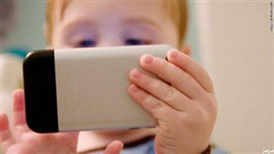 استخدام الأطفال المفرط للهواتف الذكية قد يصيبهم بالحول