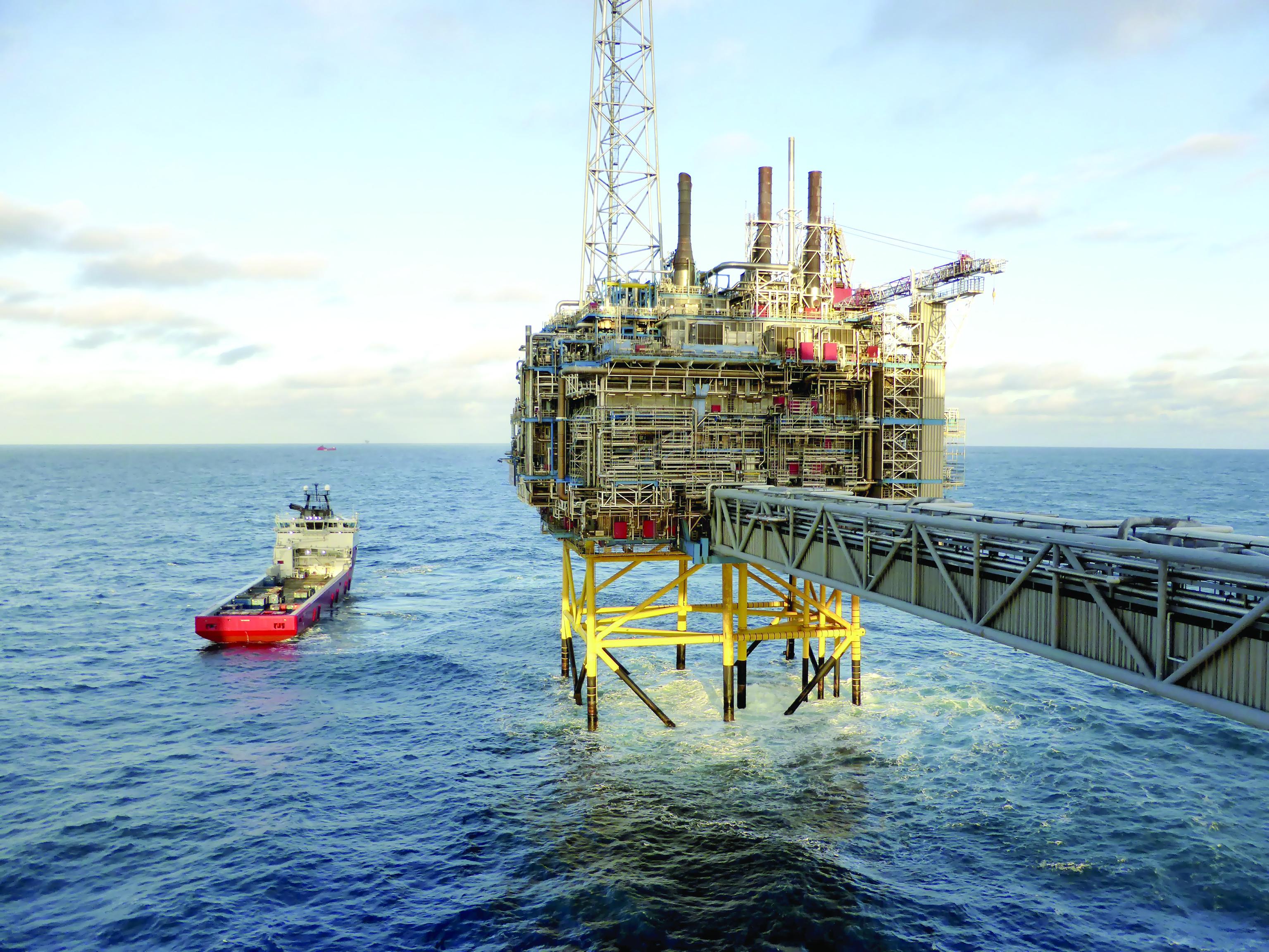 النفط يتراجع وسط سباق سعودي إيراني على  زيادة الانتاج