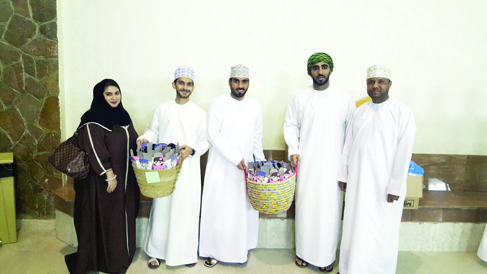 بنك صحار يحتفل بالقرنقشوه مع الأطفال في المستشفيات بالتعاون مع دار العطاء