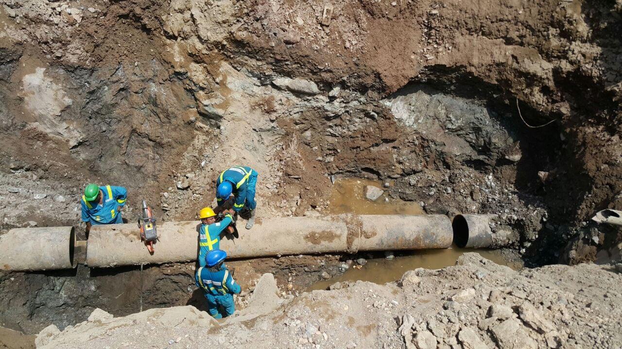 """""""الكهرباء والمياه"""" تواصل إصلاح أنبوب المياه المغذي لولاية مسقط وأجزاء من مطرح"""