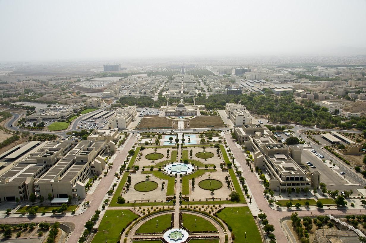 جامعة السلطان قابوس تقدم بطاقة مزايا لخريجيها