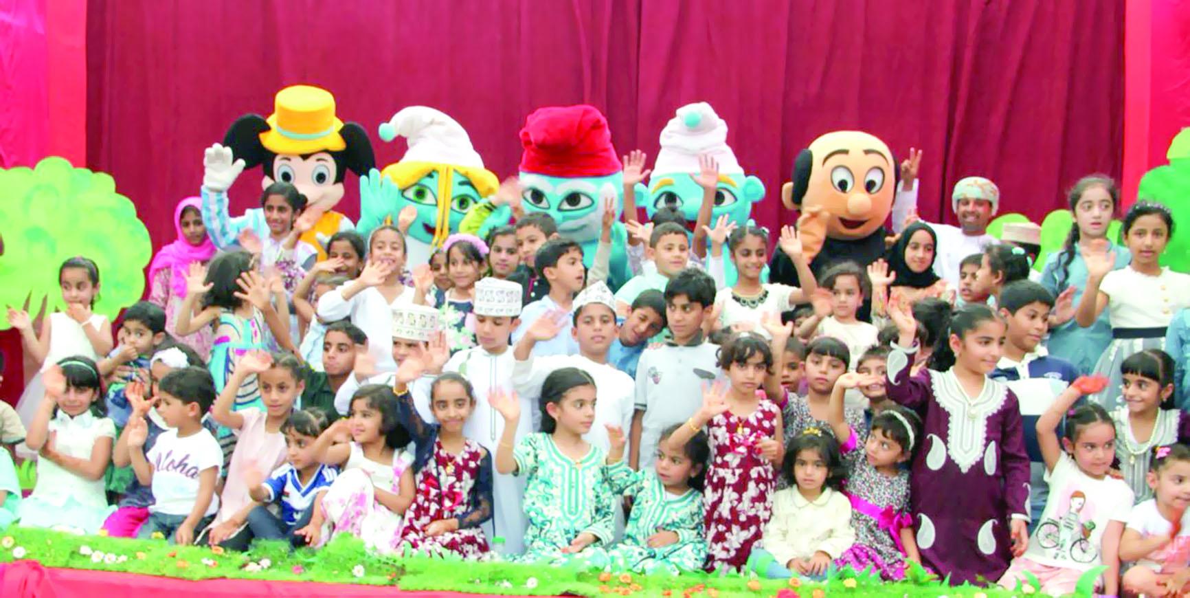 فرقة هواة الخشبة تعرض مسرحية السنافر بالرستاق