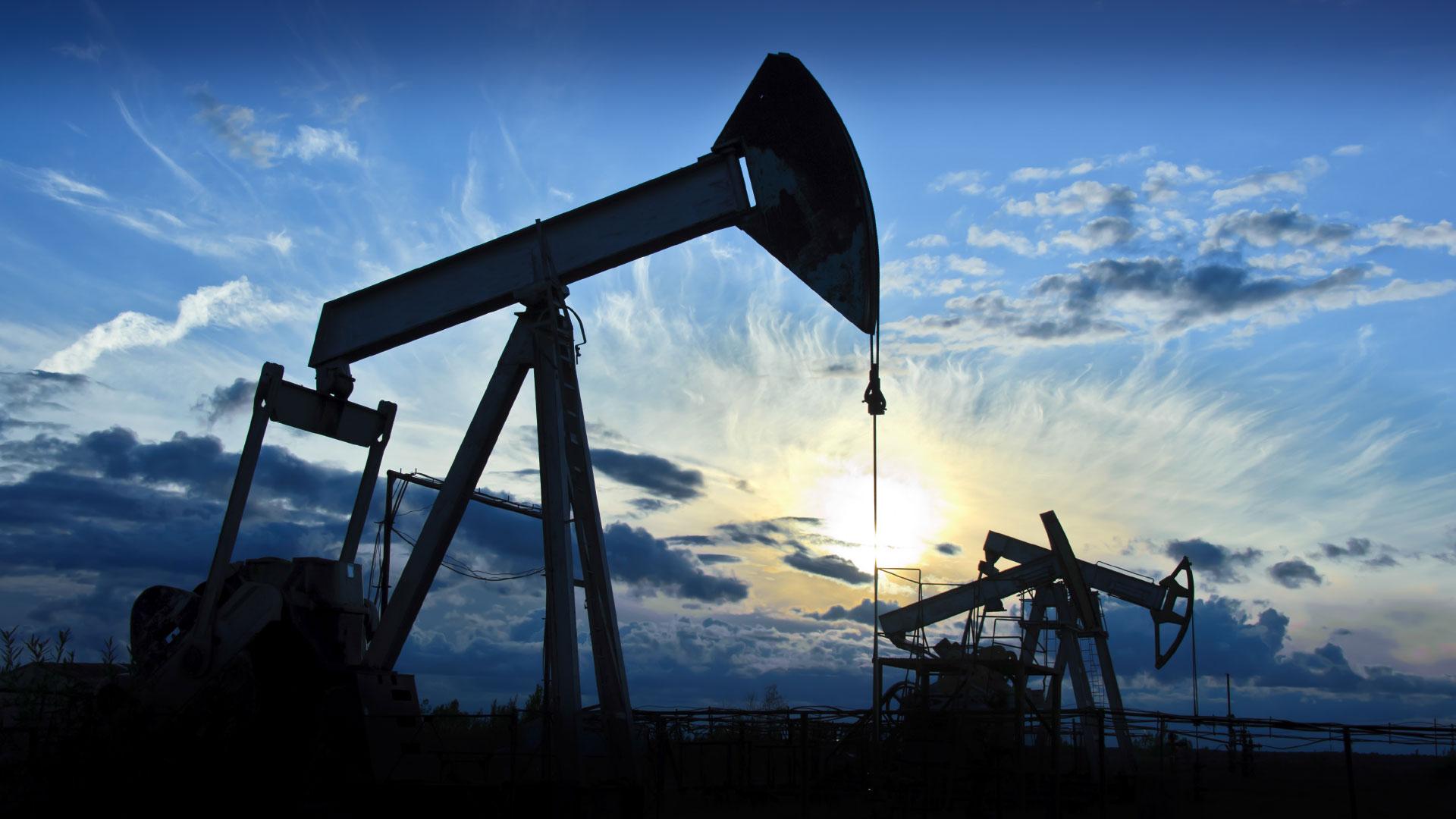 النفط يرتفع بعد خسائر كبيرة واستمرار مخاوف تخمة المعروض