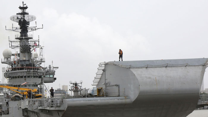 INS Viraat sets sail for the last time from Mumbai for Kochi