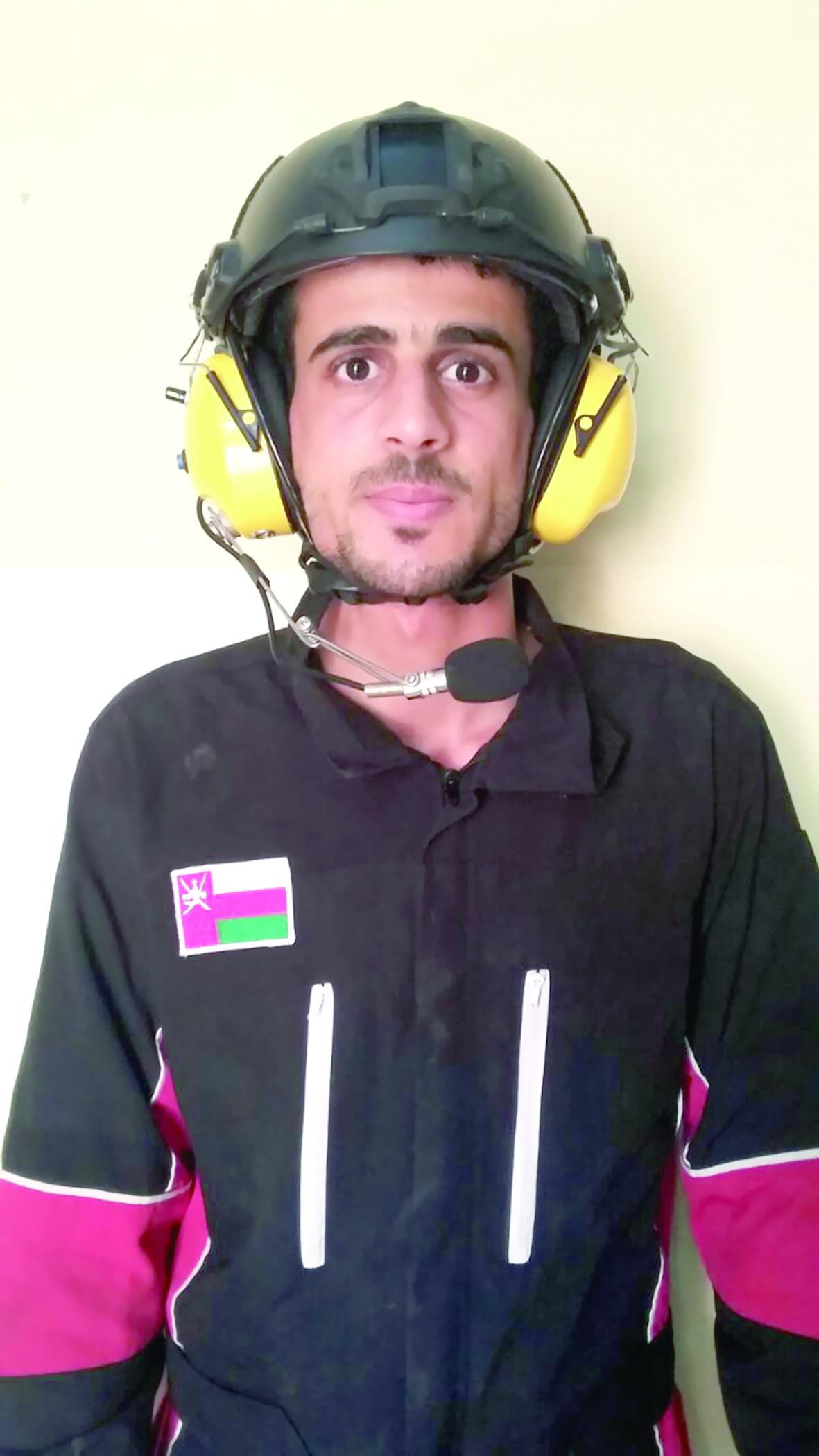 فريق الطيران الشراعي العماني يستعرض مهارات الطيران الشراعي بالمصنعة
