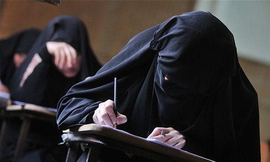 ألمانيا: ضرورة حظر النقاب في المدارس والجامعات وأثناء القيادة