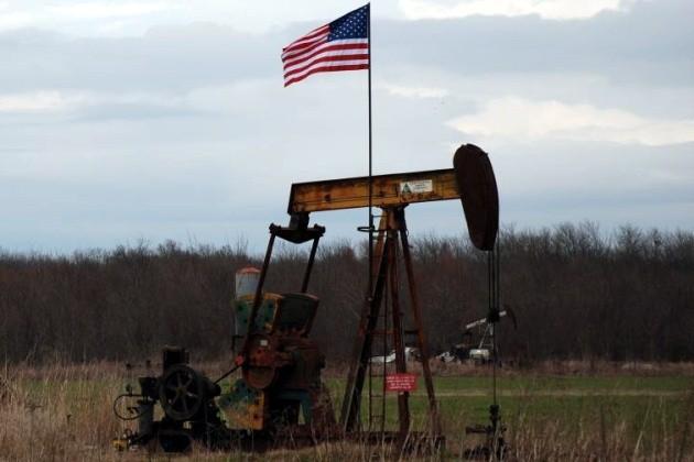 النفط الأمريكي يعاود الصعود فوق 40 دولارًا رغم ضغوط تخمة المعروض المستمرة