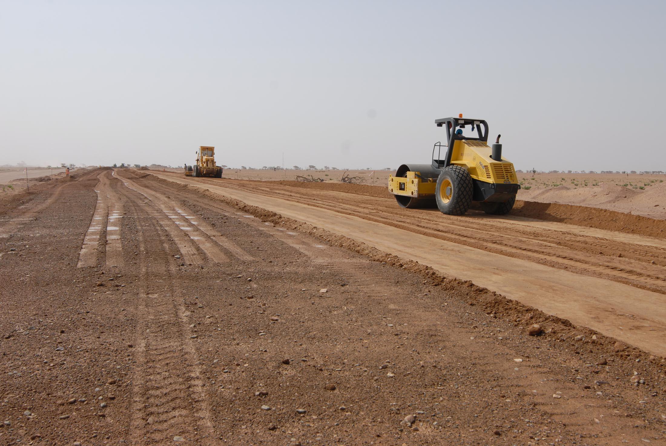 مشروع رصف طريق الأفلاج برض في ولاية المضيبي