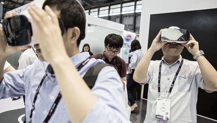 Google to recruit web stars, Hulu for virtual reality push