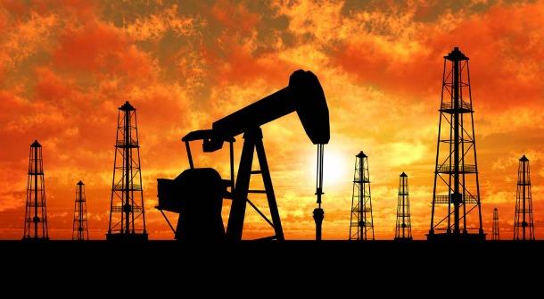 النفط يهبط بفعل زيادة غير متوقعة في مخزونات الخام الأمريكية