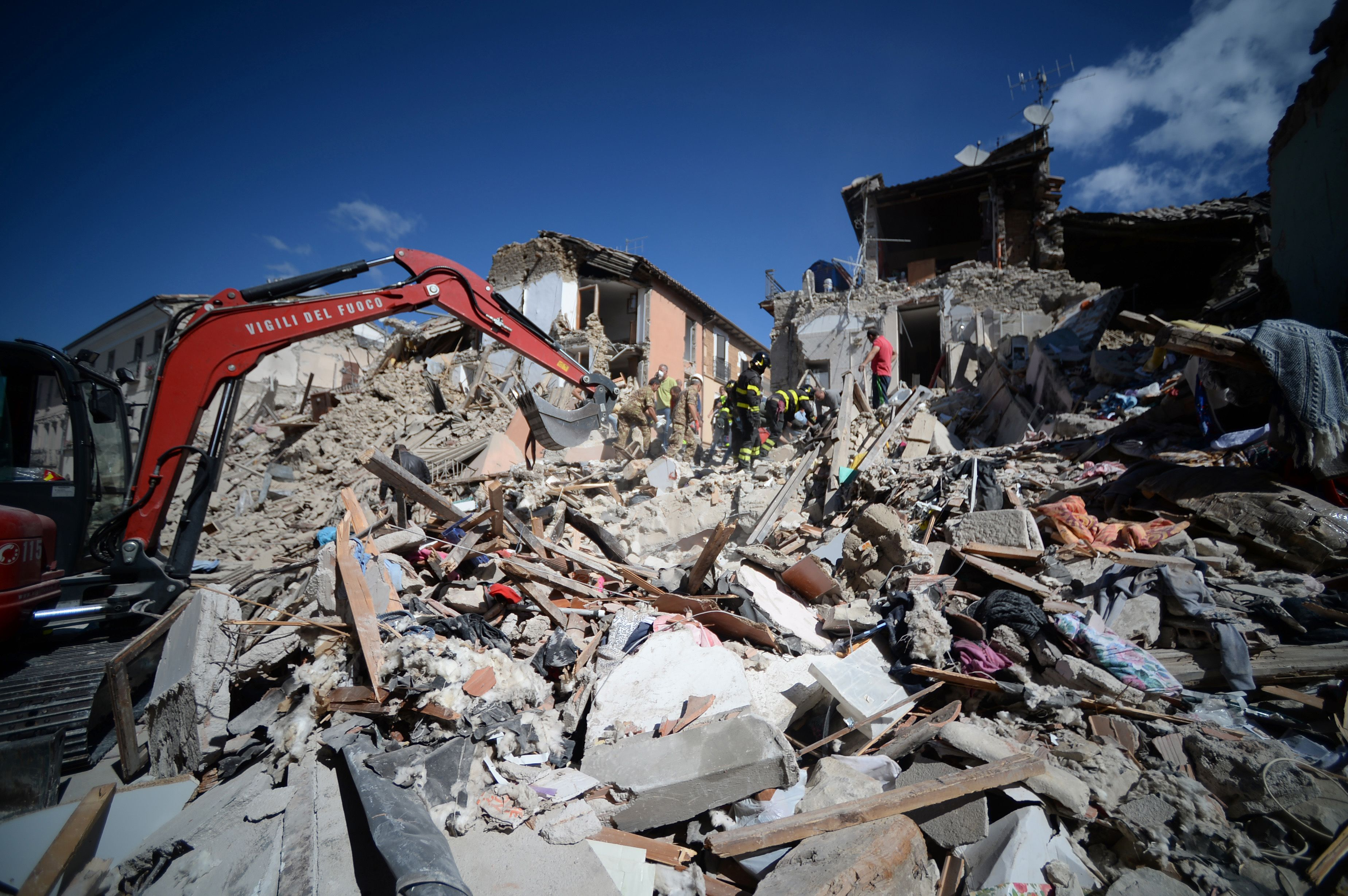Italy quake toll rises to nearly 250 as rescuers struggle to find survivors