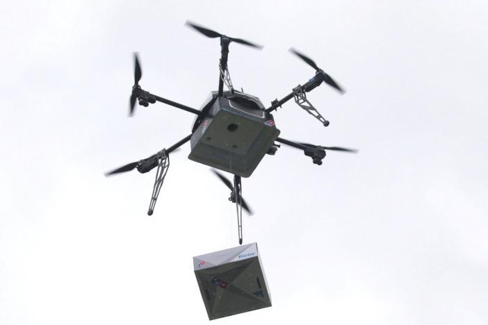 توصيل طلبات البيتزا إلى المنازل بطائرات بلا طيار