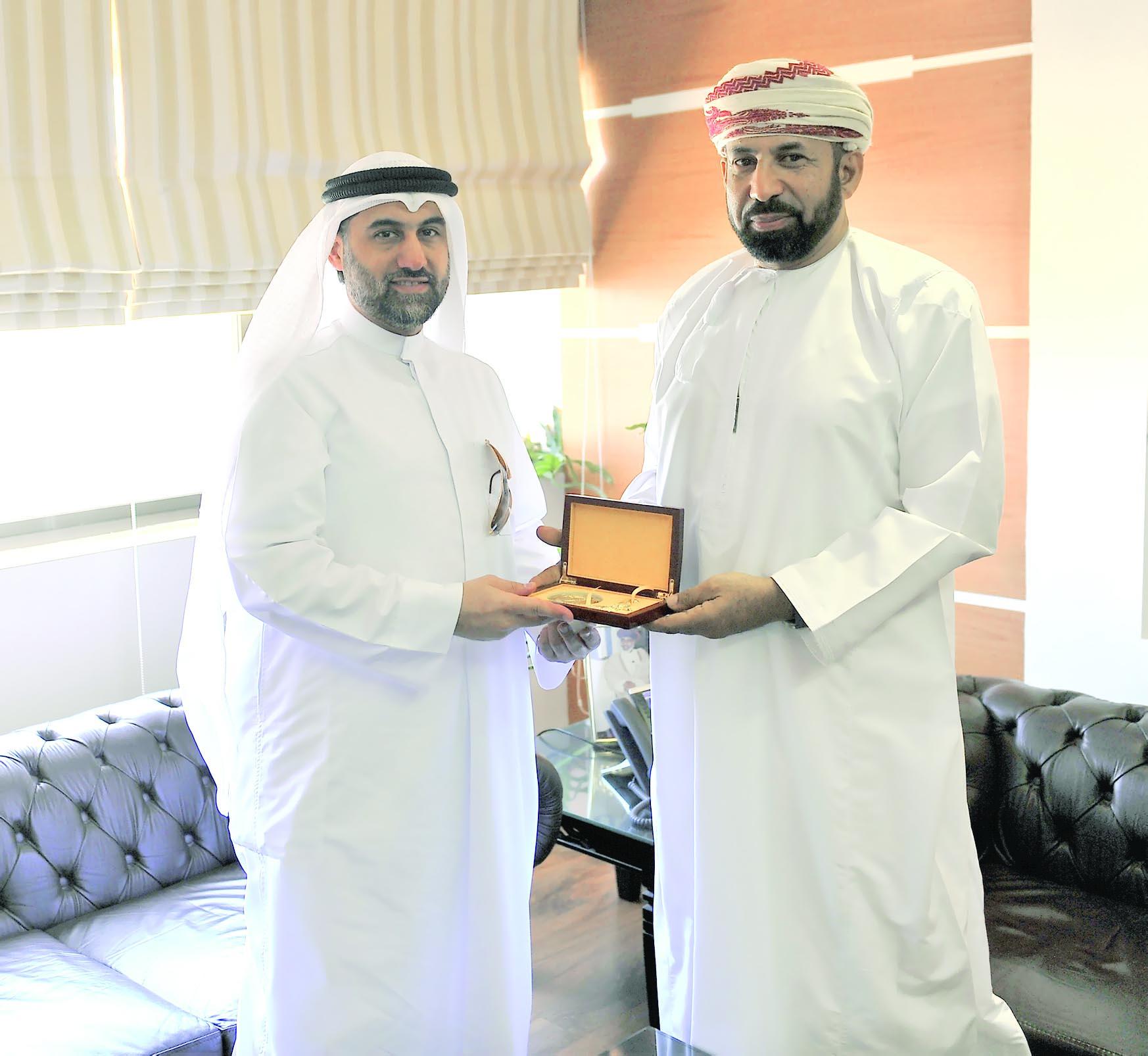فيما يسدل الستار على المسابقة اليومالهنائي يلتقي المنشد الكويتي عادل الكندري على هامش التصفيات النهائية