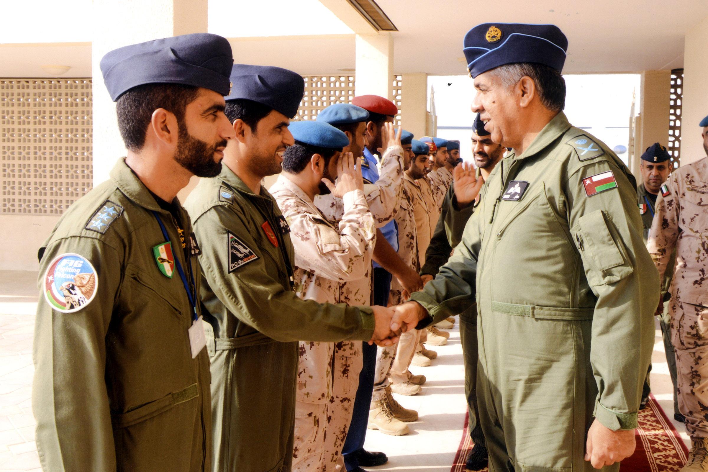 قائد سلاح الجو السلطاني العماني يتوجه إلى دولة الإمارات