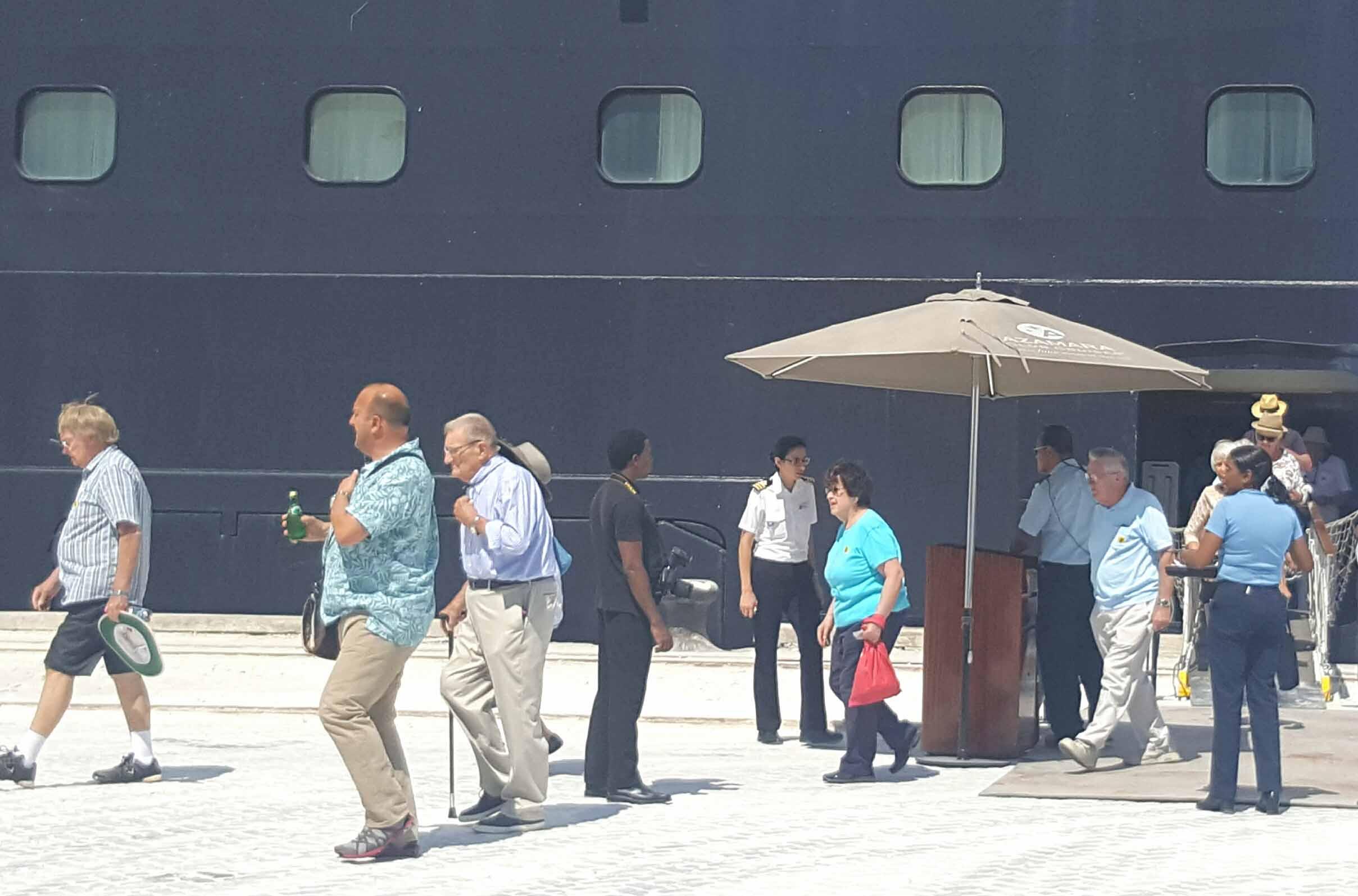 ميناء صلالة يستقبل باخرة سياحية