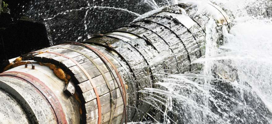 """""""الكهرباء والمياه"""" تبدأ إصلاح أنبوب نقل المياه المار بـ """"كورنيش"""" مطرح"""