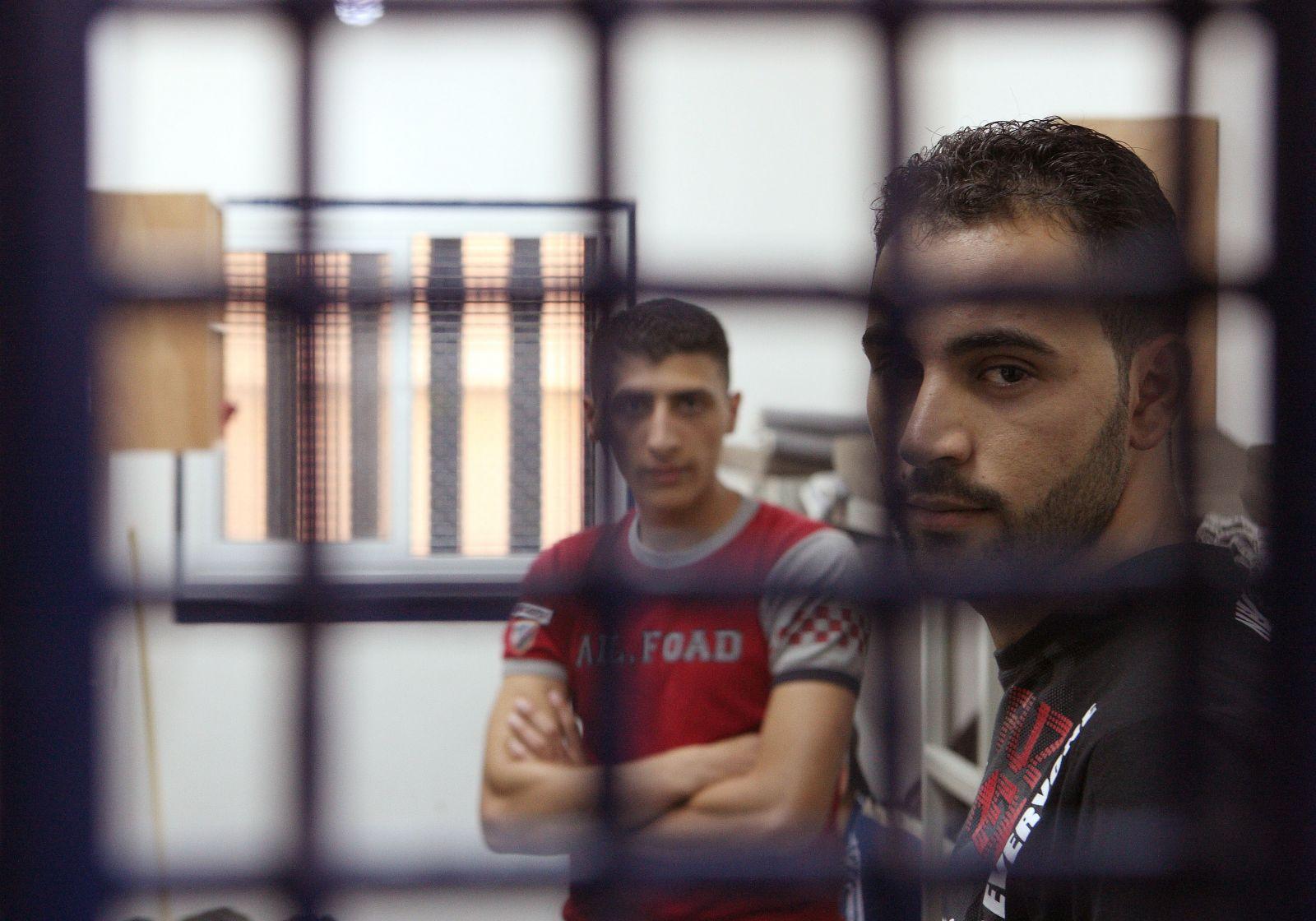 الاحتلال يمنع أسرى فلسطينيين تعرضوا للتعذيب من لقاء أطباء