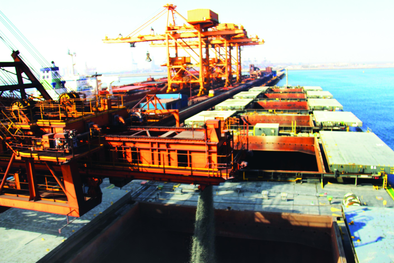 تصدير أول شحنة من أحجار «الجابرو» العمانية من ميناء صحار