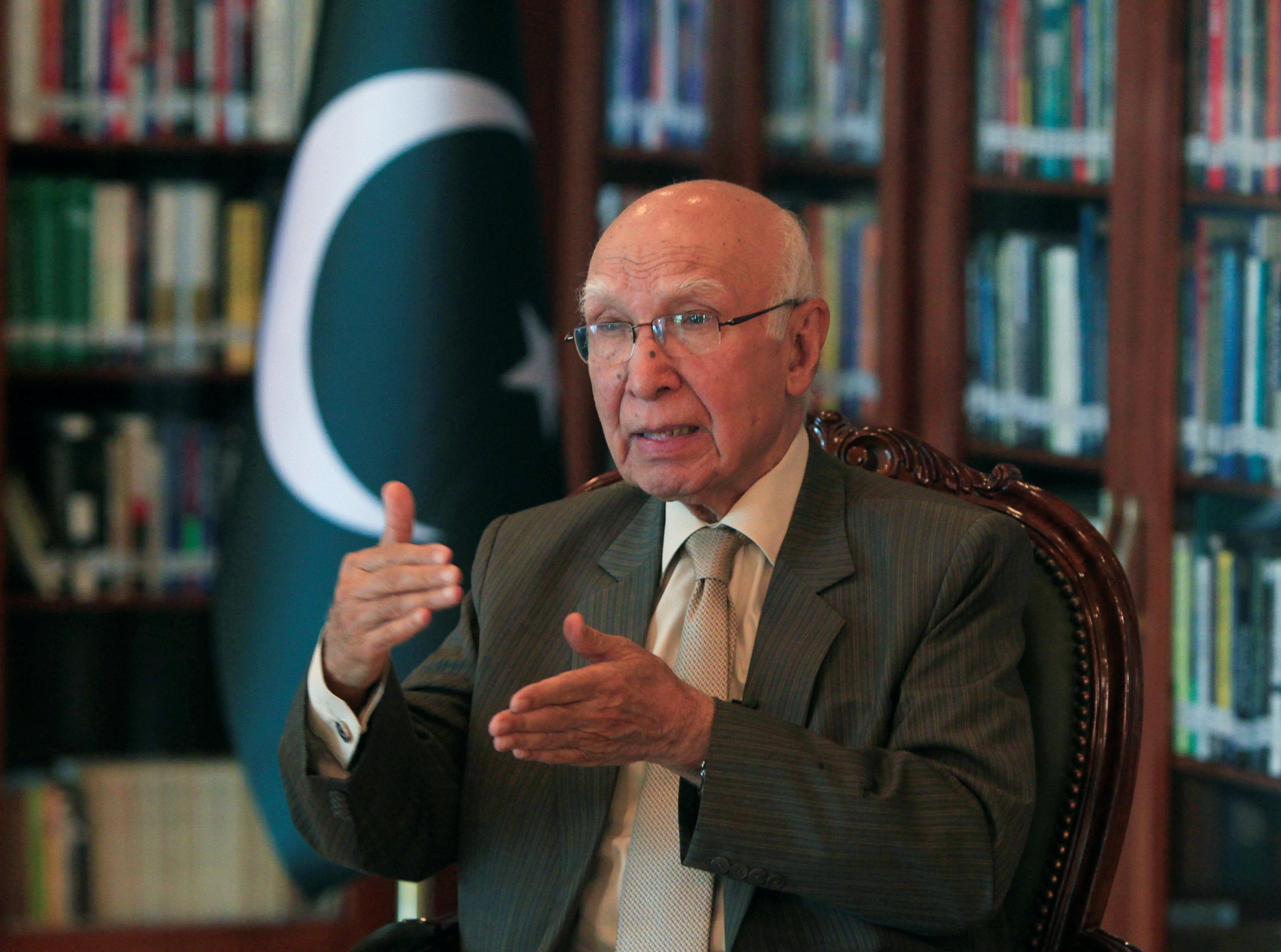 Senior Pakistan official Sartaj Aziz says to visit India, hints at detente