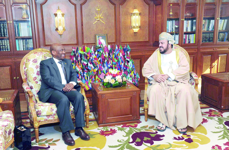 نيابة عن جلالته .. أسعد بن طارق يودع سفير جنوب أفريقيا