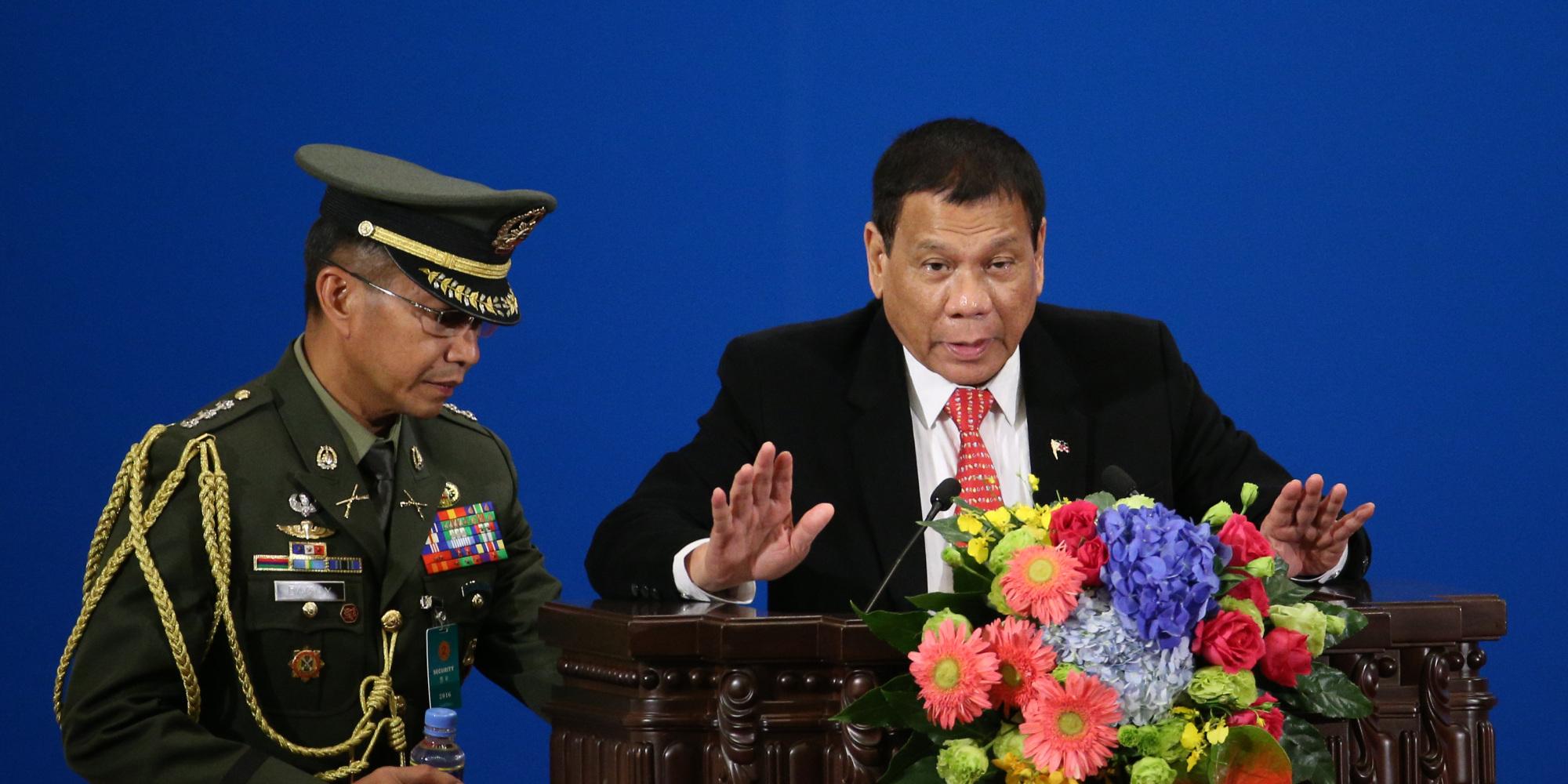 رئيس الفلبين قتل بنفسه مجرمين ليشجع رجال الشرطة