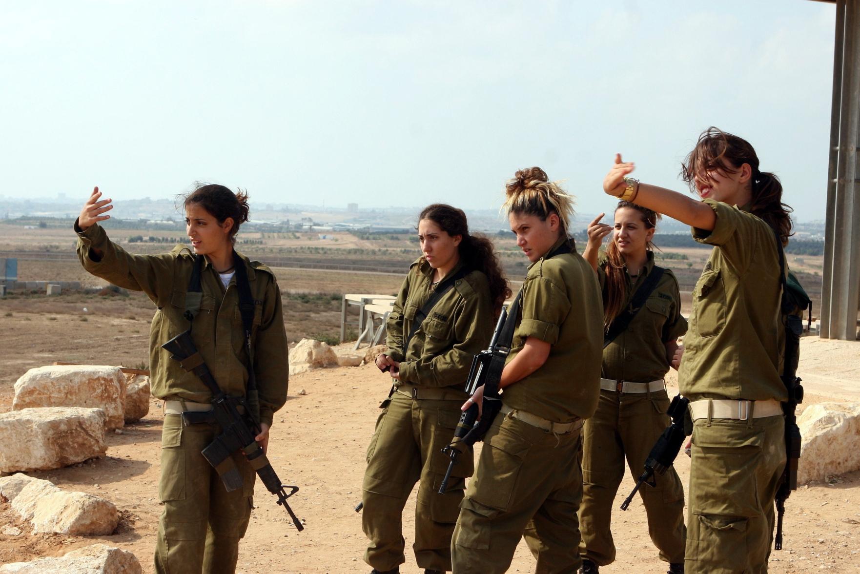 اسرائيل تجند عارضات الازياء وتشتكي التحرش بجيشها !!