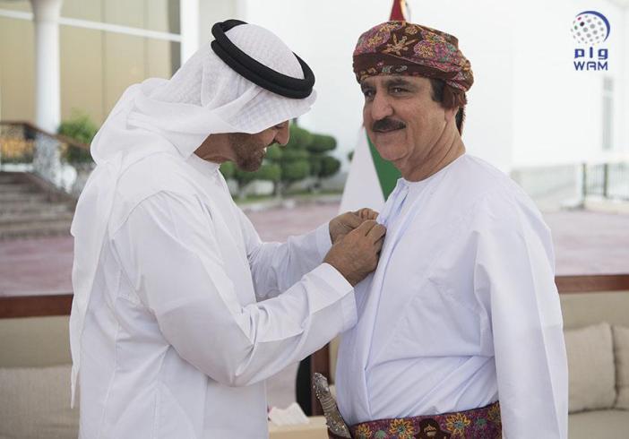 منح الشهورزي والمعيني وسام زايد..  محمد بن زايد: علاقاتنا بـ عُمان أخويه تاريخية أصيلة ومتجذرة