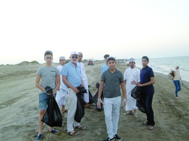 معهد الخليج ينظم حملة لتنظيـــــــف شــــواطئ الســــــــيب