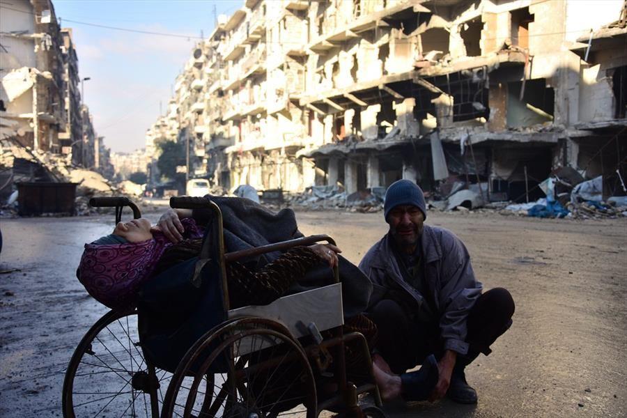 مأساة حلب بالصور .. مُسنّة على كرسي متحرك تموت أمام الكاميرا