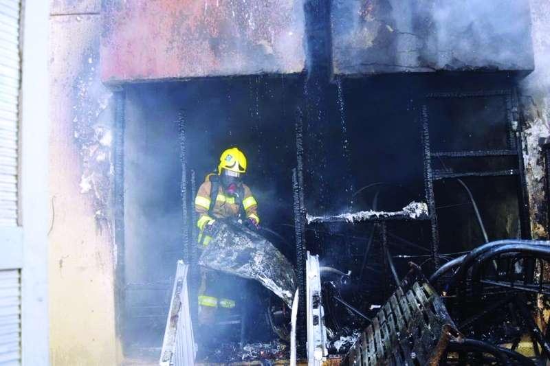 إنقاذ 6 أشخاص حاصرتهم النيران بفيلا في أبوظبي