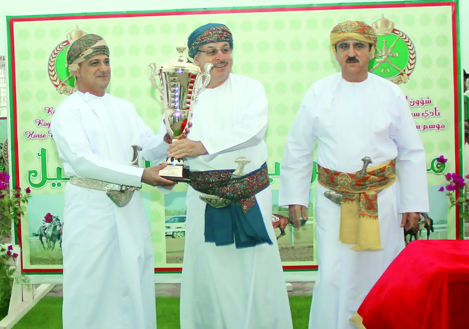 في منافسات نادي سباق الخيل السلطانيالخيالة السلطانية تظفربكأس الديربي العماني