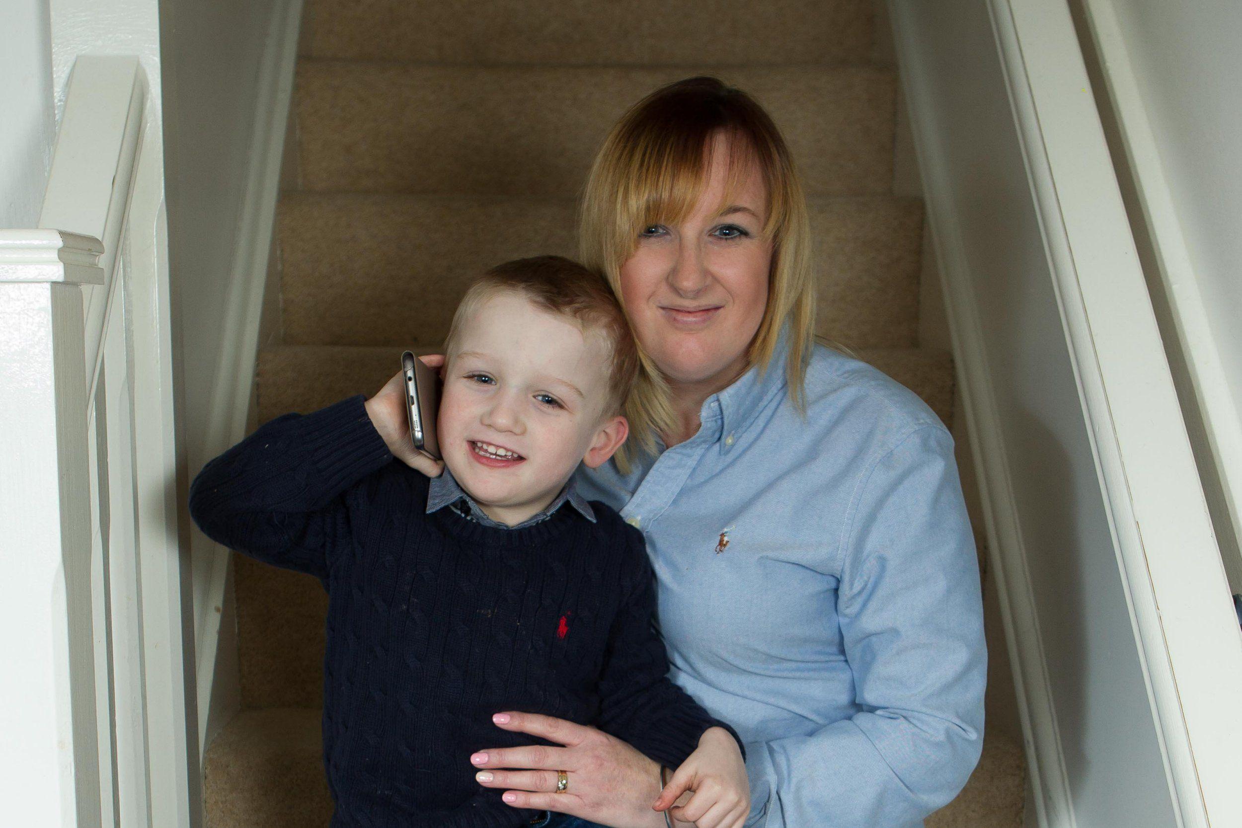 كيف أنقذ طفلٌ في الرابعة والدته بعد أن فقدت الوعي؟