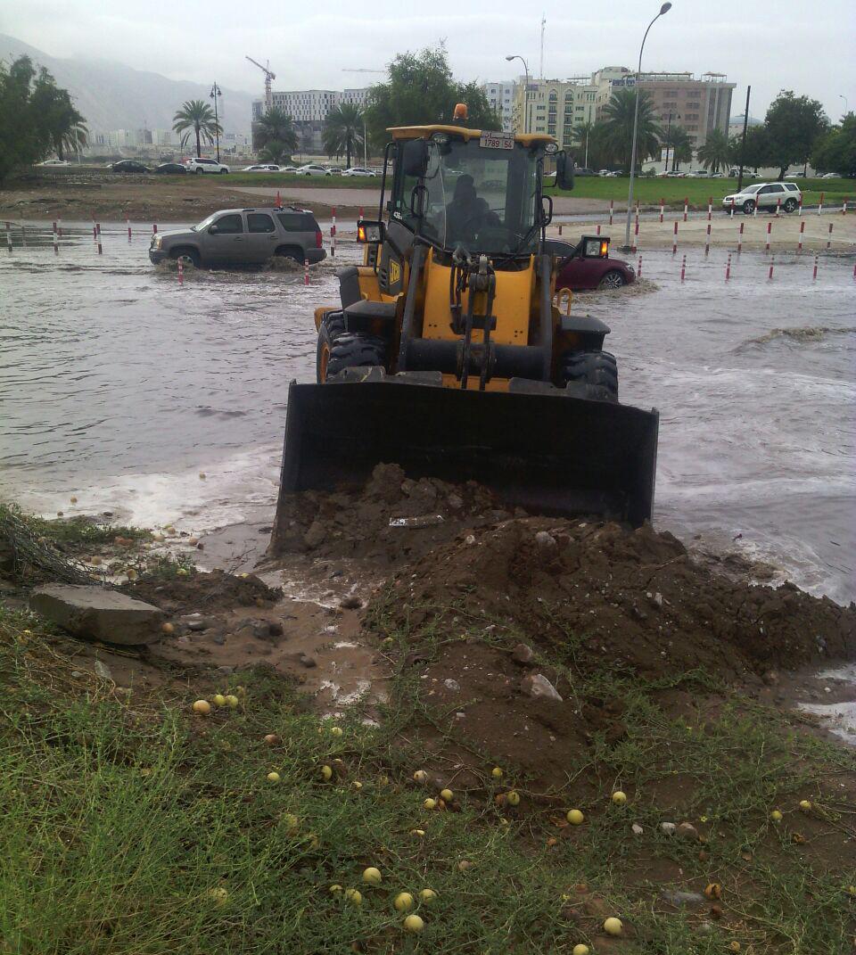 بلدية مسقط تضاعف الجهود أثناء فترة الأمطار