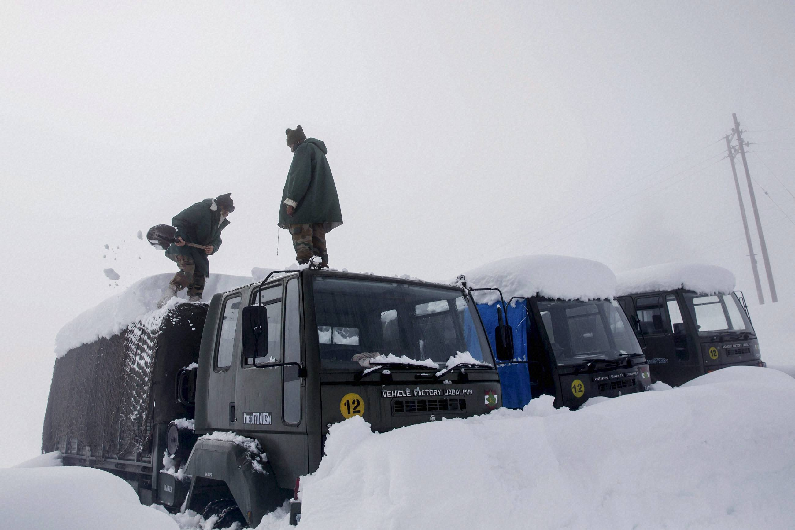 Five army personnel trapped under snow in Macchil