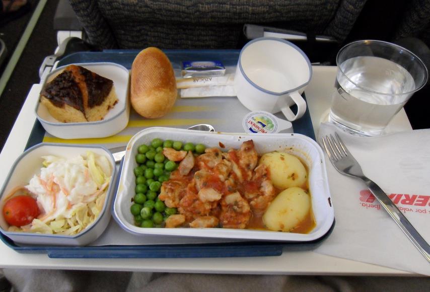 """ما السبب وراء """"الطعم السيئ"""" لطعام الطائرة؟"""