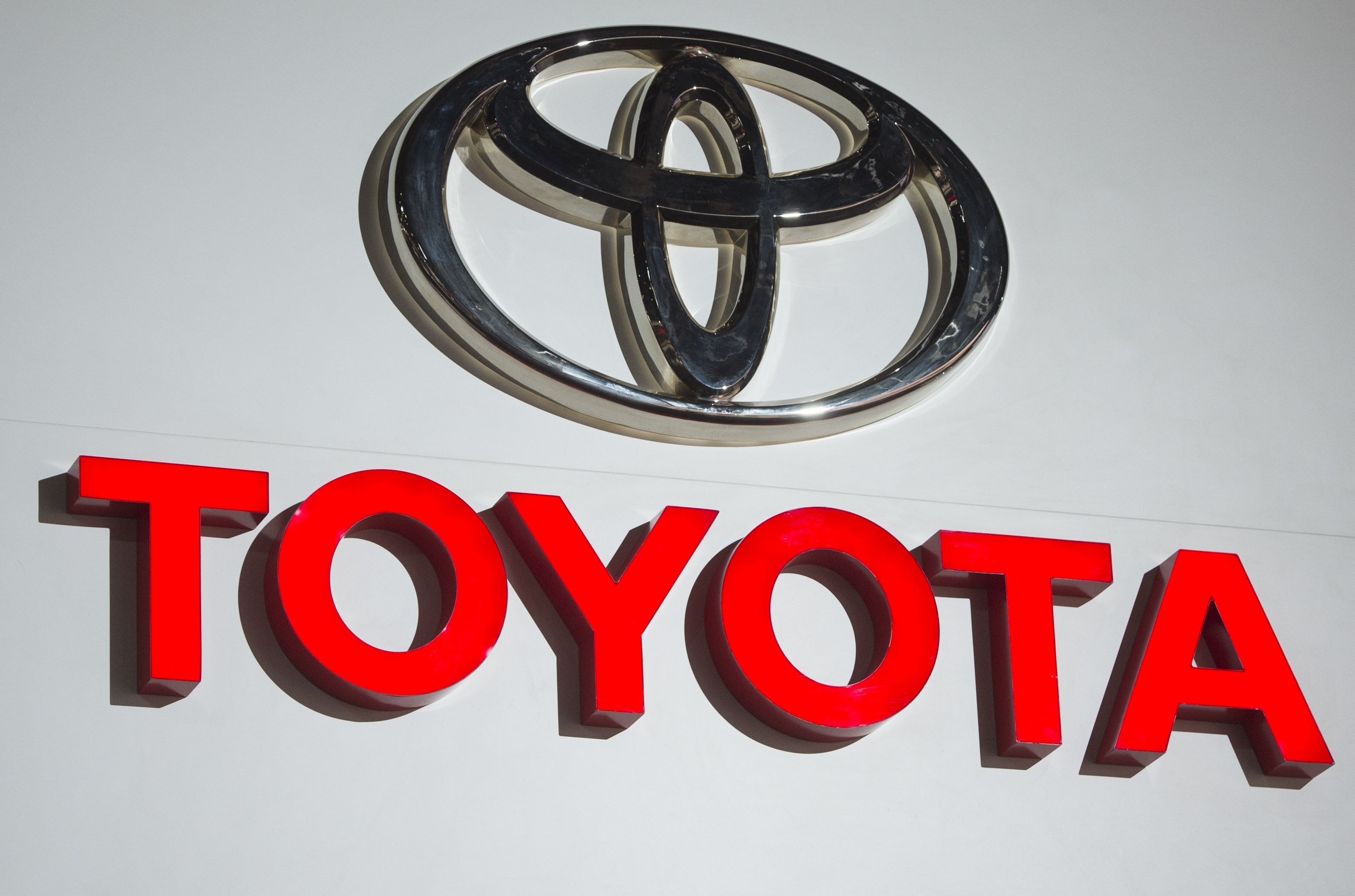 Toyota paces US sales decline as carmakers pile more discounts