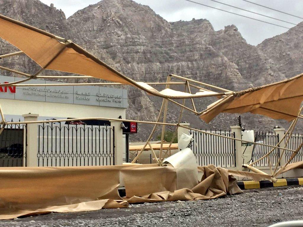 صور توضح حجم الضرر ببعض الممتلكات الخاصة بسبب شدة الرياح بالمنطقة الصناعية بخصب