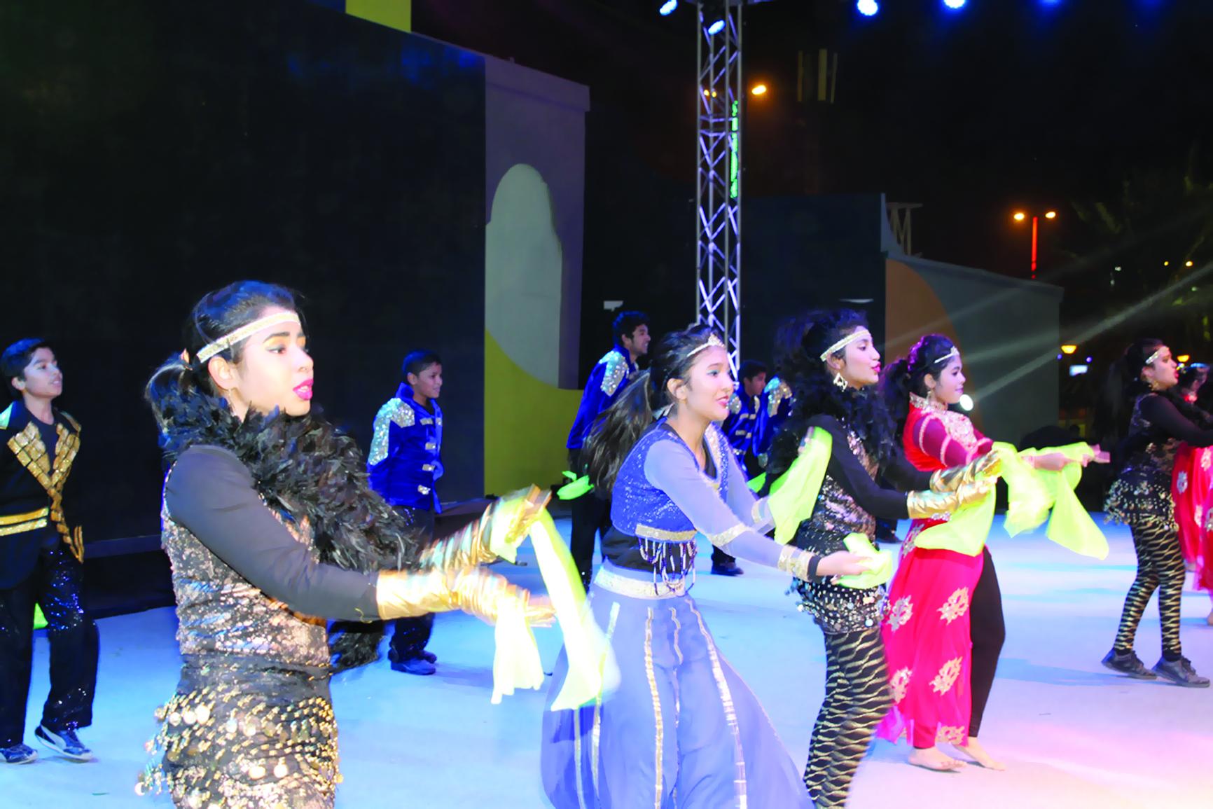 الفرقة الهندية تسحر زوار المهرجان برقصات بوليوود