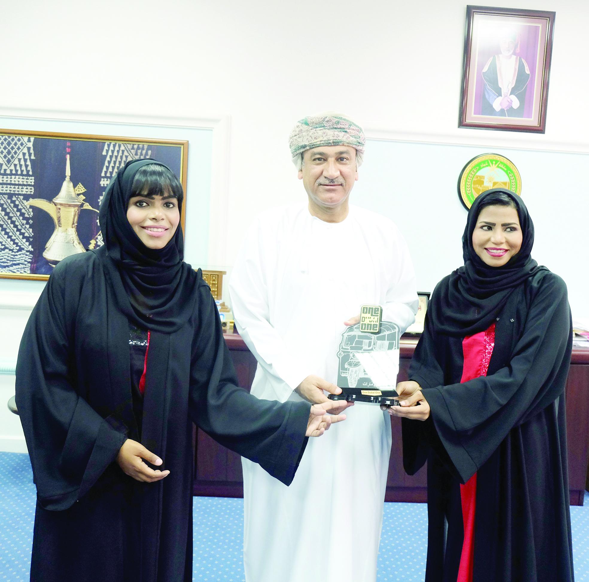 خالد بهرام يستقبل الرحالتين الإماراتيتين