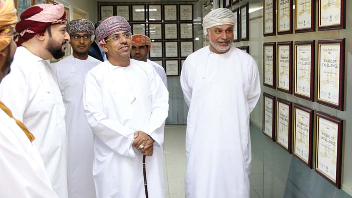 Oman media: Information minister visits MMG office, fetes award winners