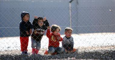 مصور ألقى بكاميراته لينقذ اطفال سوريين تحت القصف .. هذه قصته