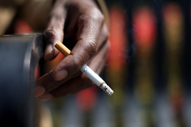الإمارات.. هذه عقوبة رمي السيجارة من المركبة
