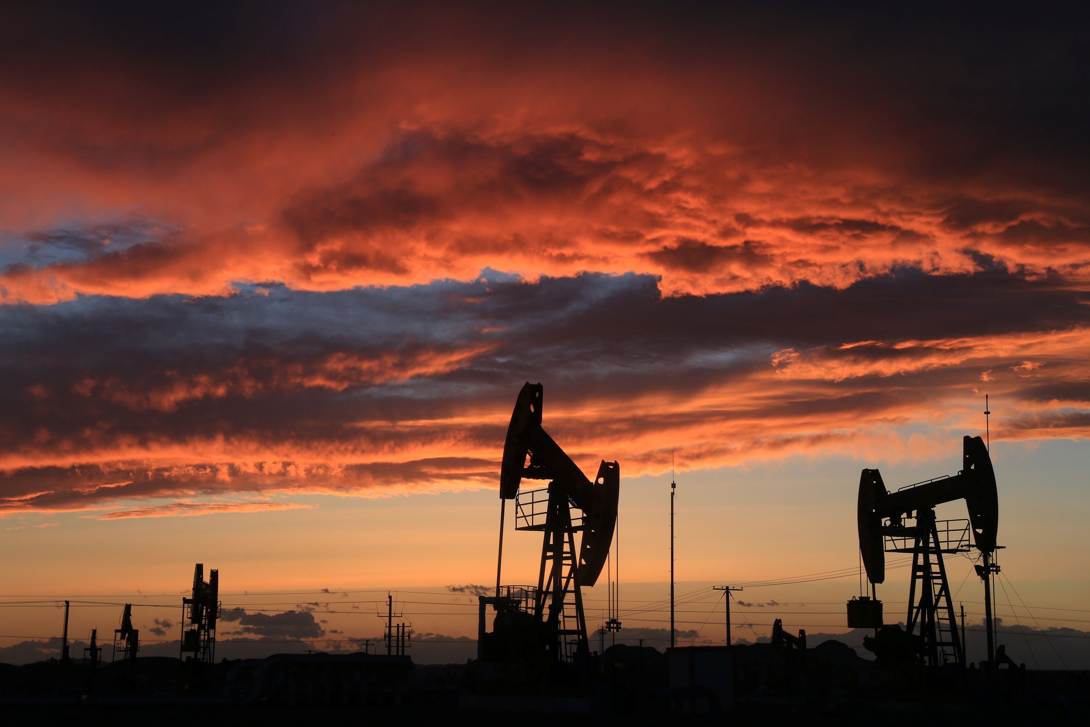Oil prices rise on expectations of extended supply curbs